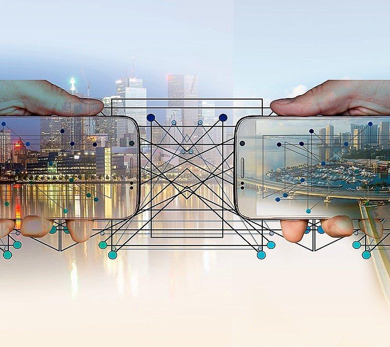 I40_smartphone connessi_città_factory_industria 4.0